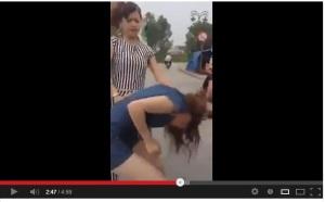 Chửi nhau trên facebook nữ sinh bị đánh tơi bời1